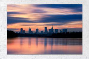 Rozmyte chmury i sylwetka Warszawy nad Wisłą fotoobraz