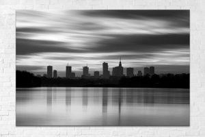 Rozmyte chmury i sylwetka Warszawy nad Wisłą BW fotoobraz