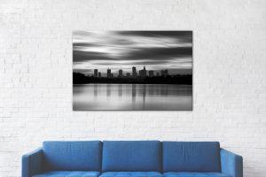 Rozmyte chmury i sylwetka Warszawy nad Wisłą BW fotoobraz 1
